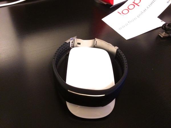 Foto para comparar el tamaño de la Polar Loop con un ratón de ordenador